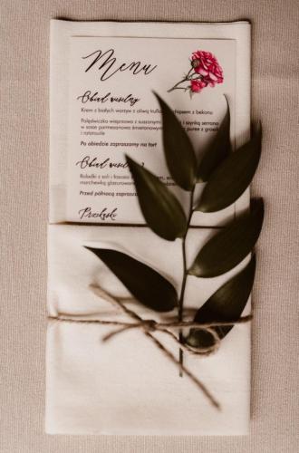 menu na stole weselnym