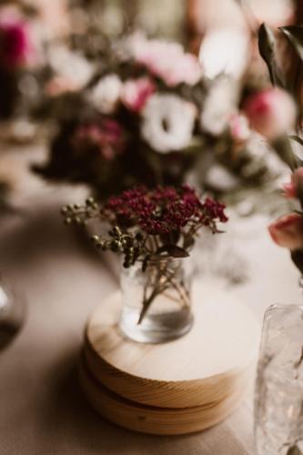 czerwone kwiaty na wesele