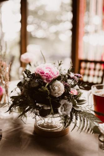 bukiet różnobarnych kwiatów weselnych na stole