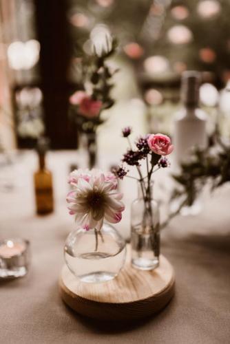 kwiaty w wazonach na weselu