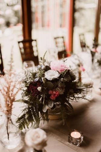 bukiet kwiatów weselnych na stole