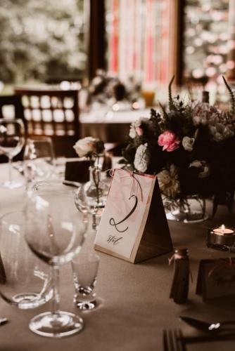 informacja z numerem stołu weselnego