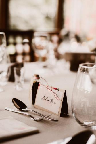 winietki na stole weselnym
